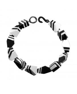 Collier taillé noir et blanc en résine marion godart